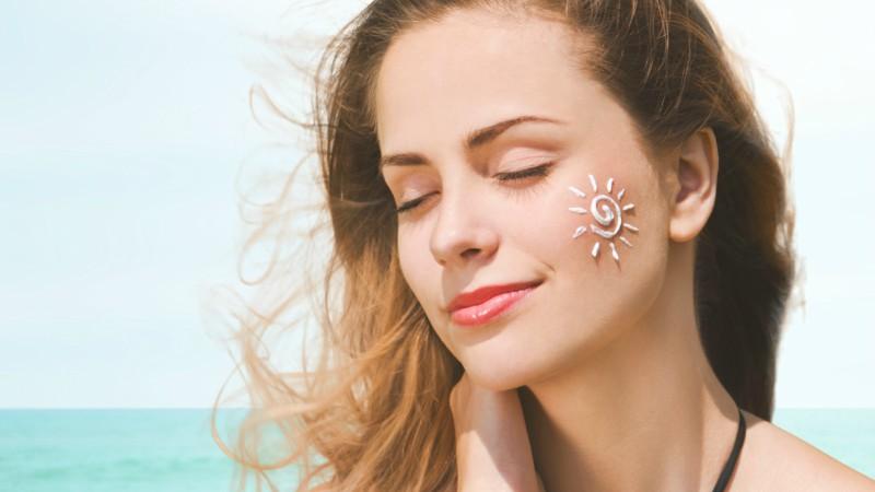 Sử dụng kem chống nắng để bảo vệ da khỏi tia UV