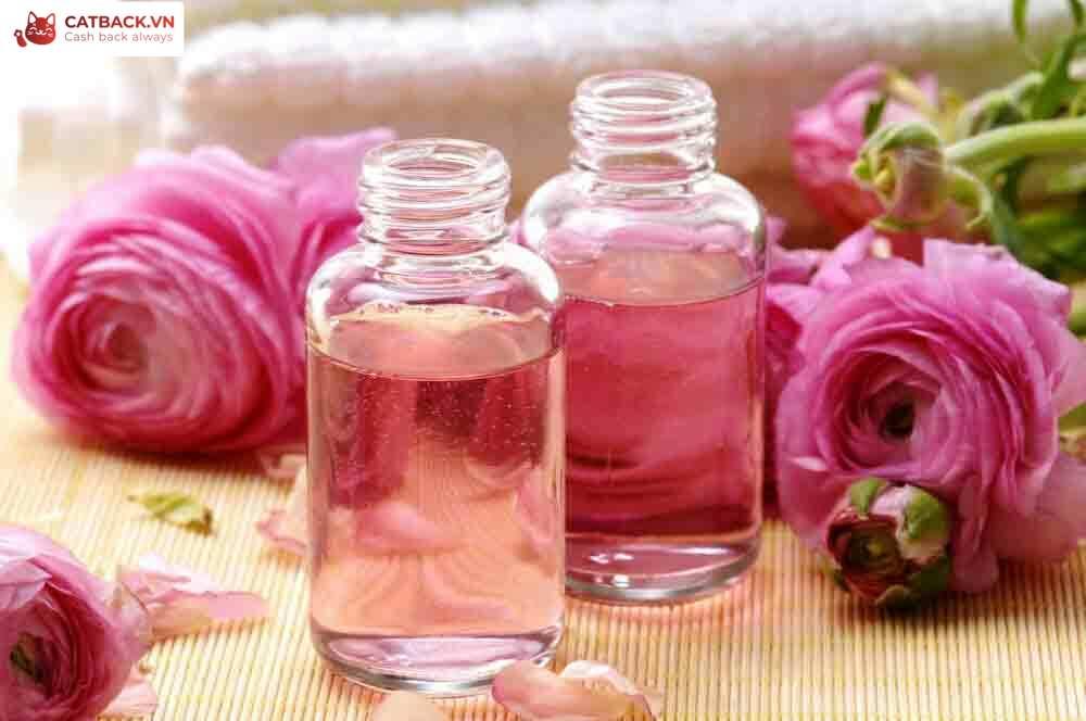 Chăm sóc da mụn bằng nước hoa hồng