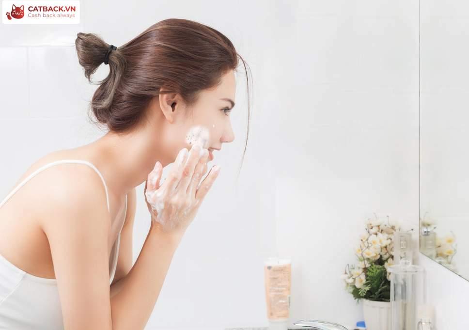 Rửa mặt đúng cách – mẹo chăm sóc da mụn cần nhớ