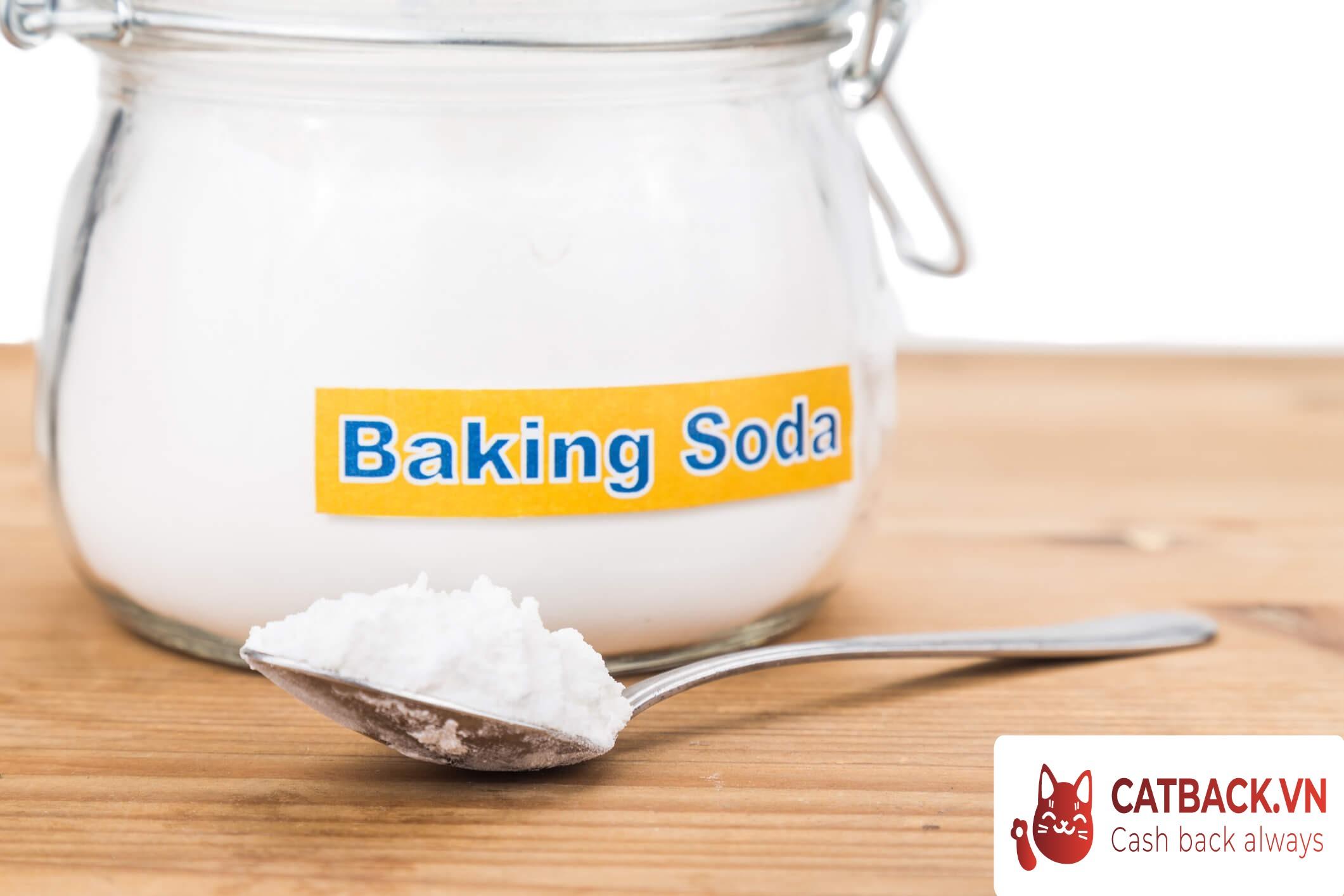 Baking soda giúp loại bỏ hoàn toàn chất bẩn trên áo trắng