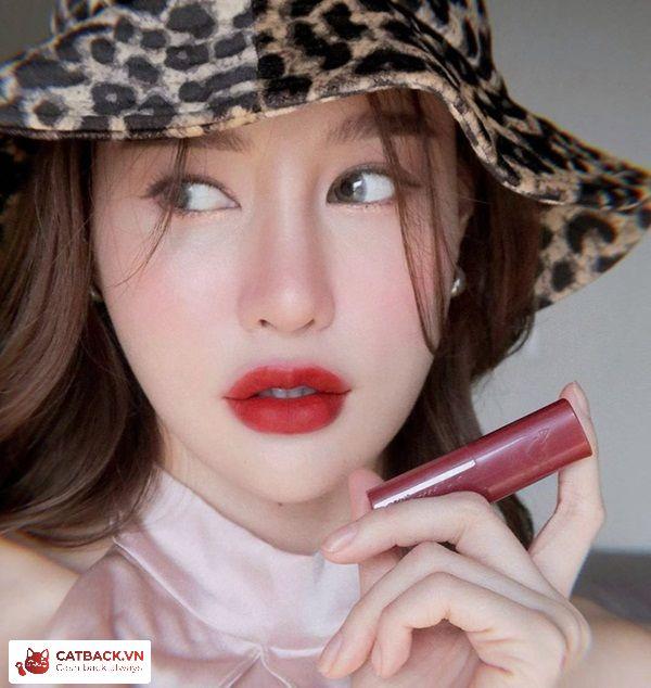 Phong cách tự nhiên với đôi môi đỏ đậm cuốn hút