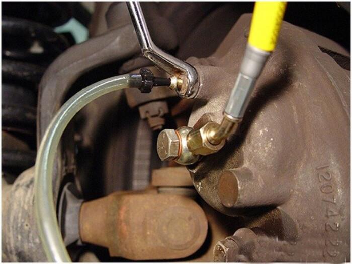 Một nguyên nhân khác khiến bàn đạp phanh bị thấp là khí lọt đường ống