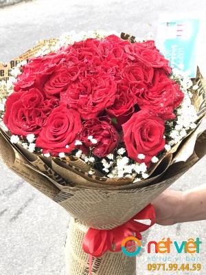 Bó hồng đỏ viền baby
