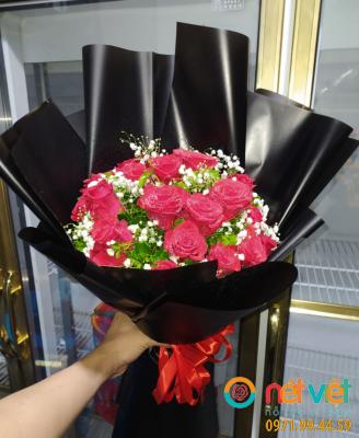 bó hồng đỏ gói giấy đen