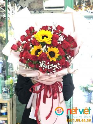 bó 60 bông hồng đỏ+ 3 hướng dương ở giữa
