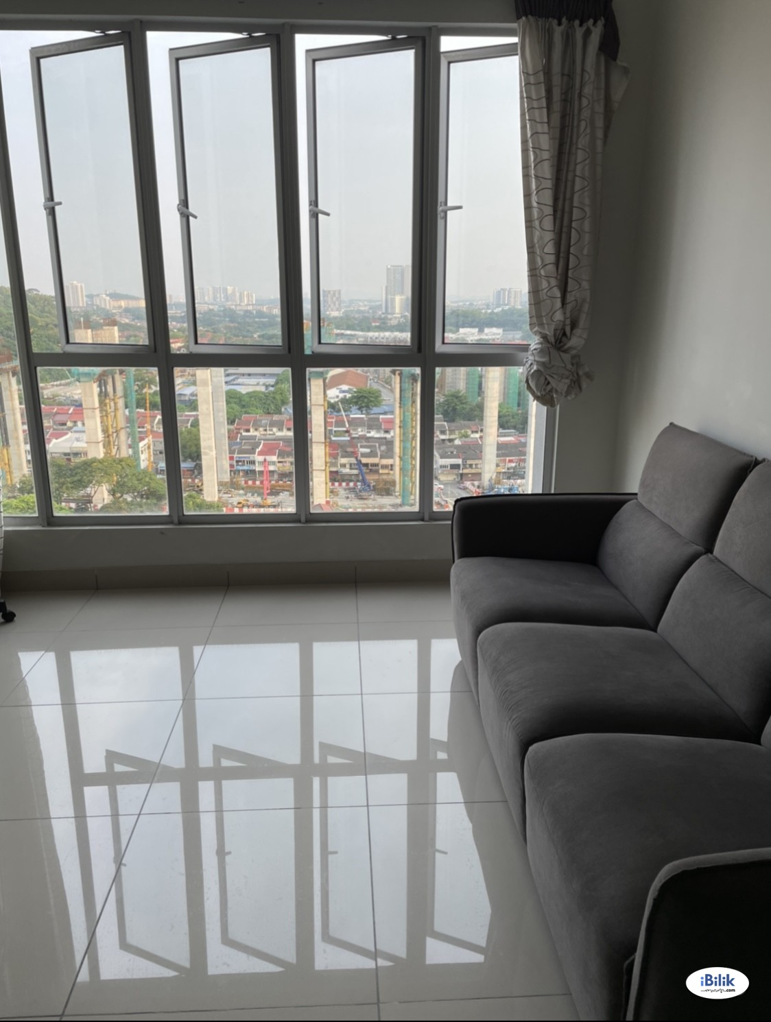 Middle room with Non-Attached Private Bathroom at Maxim Residences, Cheras (Prefer Local Chinese Working Female)