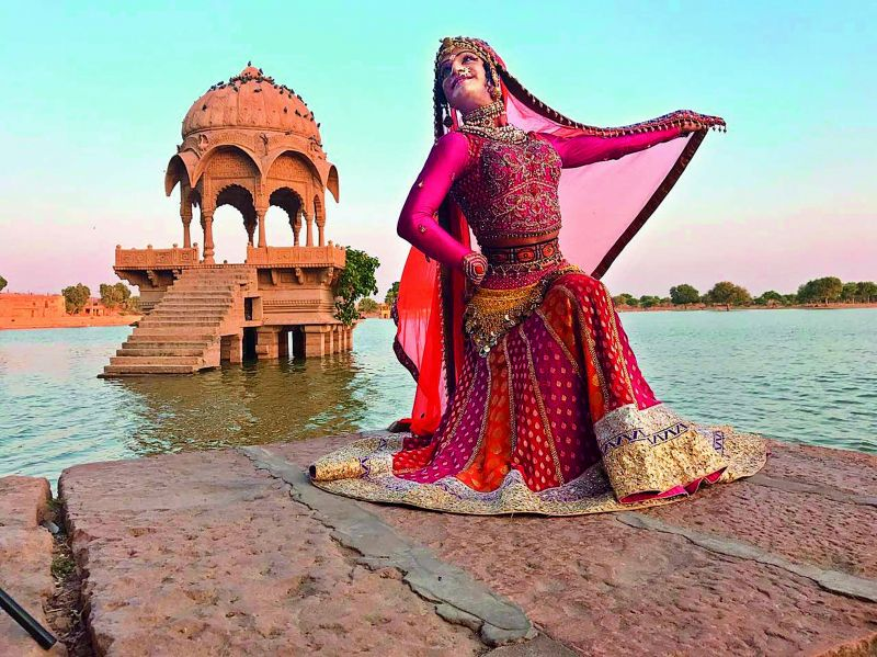 Queen Harish performing the Ghoomar