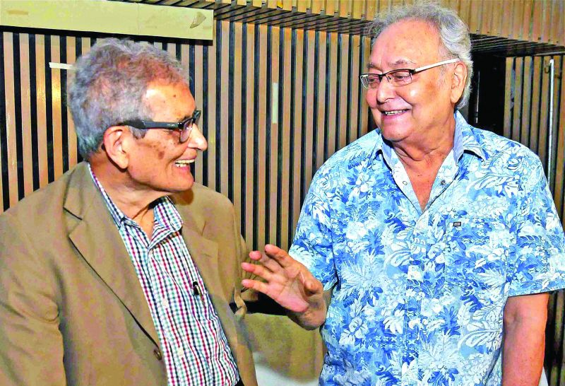 Amartya Sen (left) with veteran Bengali actor Soumitra Chatterjee during a special screening of The Argumentative Indian. (Photo: AP)