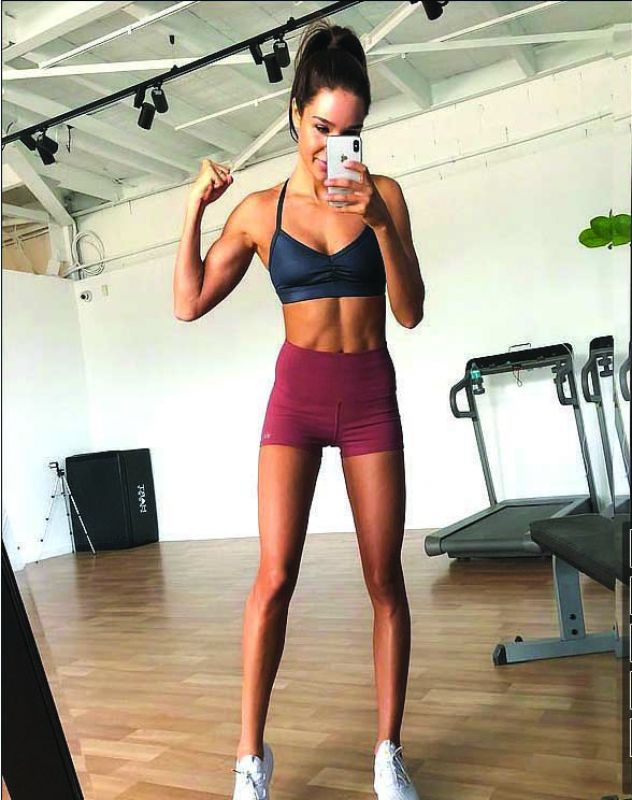 Australian insta star Kayla Itsines shared her picture after retaining her six pack post giving birth,