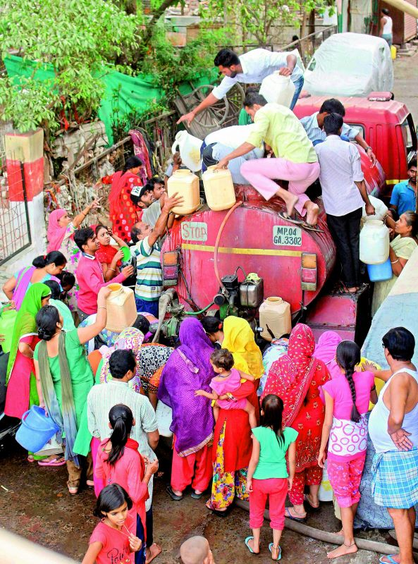 People line up for water in Bhopal, Madhya Pradesh