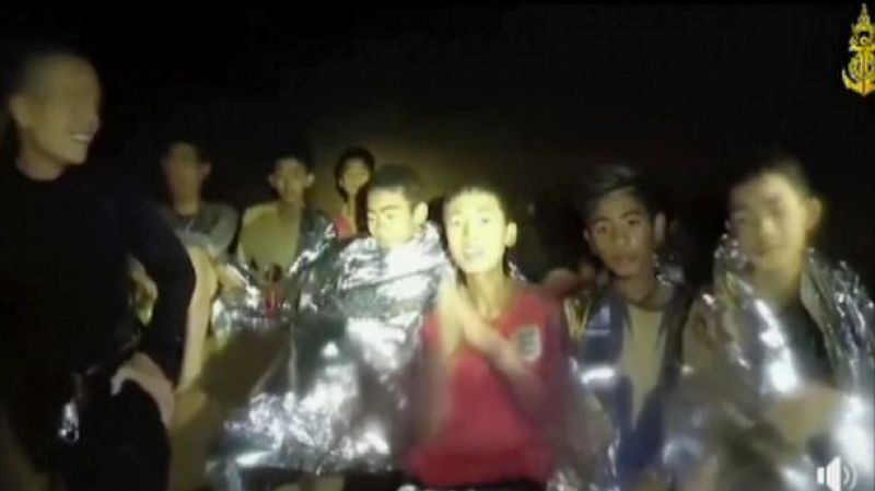 The image taken from video provided by the Thai Navy Seal, Thai boys are with Navy SEALs inside the cave, Mae Sai, northern Thailand. (Photo: AP)