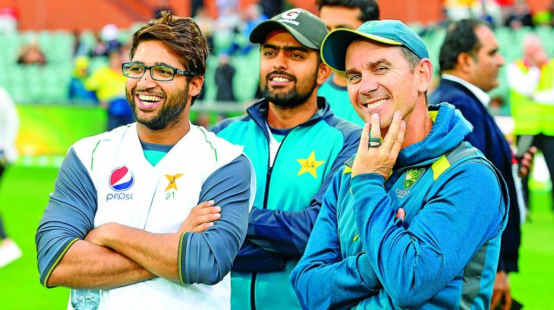 Australia coach Justin Langer with Pakistan players Imam-ul-Haq and Babar Azam at the post-match ceremony. (Photo: AFP)