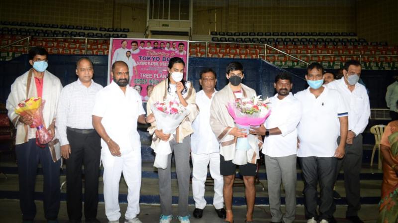 Tokyo-bound shuttlers PV Sindhu, Sai Praneeth, Chirag Shetty, and Satwiksairaj Rankireddy being felicitated. (Photo: Twitter/Khelo India)