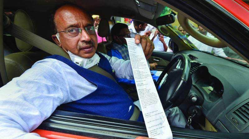 BJP leader Vijay Goel shows the challan slip for  violating the odd-even rule in New Delhi on Monday. (Photo: PTI)