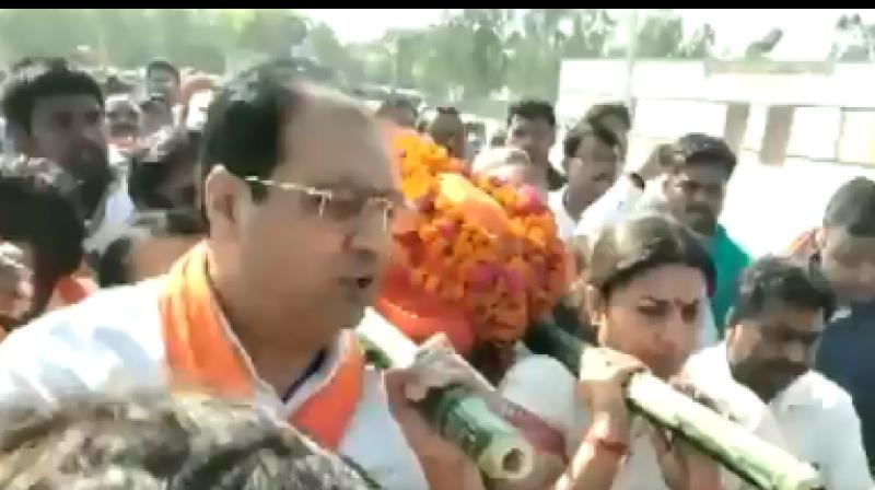 BJP leader Smriti Irani and a party MP from Amethi on Sunday lended a shoulder to mortal remains of Surendra Singh. (Photo: Twitter/ screengrab)
