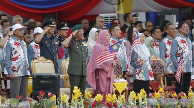 Malaysia's King Sultan Abdullah Sultan Ahmad Shah, center in green, and Queen Tunku Azizah Aminah Maimunah, in pink, and Malaysian Prime Minister Mahathir Mohamad, left, attend the 62nd Independence Day celebrations parade in Putrajaya, Malaysia Saturday, Aug. 31, 2019.  (Photo: AP)