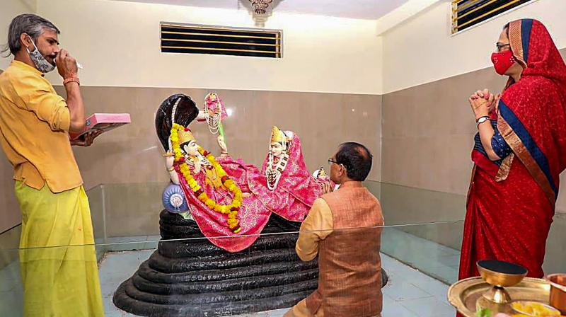 Bhopal: Madhya Pradesh Chief Minister Shivraj Singh Chouhan and his wife Sadhna Singh offer prayers at a temple after party's victory in Madhya Pradesh Assembly by-elections, in Bhopal, Tuesday, Nov. 10, 2020. (PTI Photo)