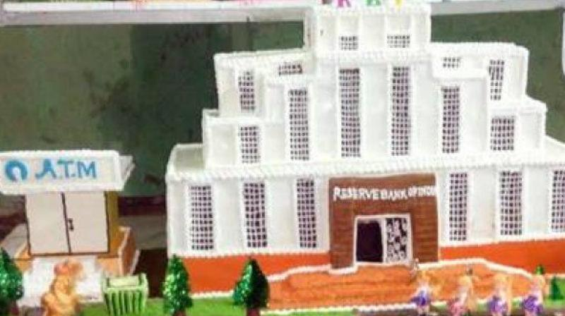 The cake by the small bakery higlights the plight of the common man with the RBI and an ATM with people stand in a queue outside it and a Rs 1000 note thrown in a dustbin. (Photo:Twitter/SunoKhabar)