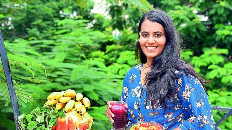 Aruna Maheshwari, who is a member of the Raw Vegan Fruitarian community India, follows a strict raw vegan diet.