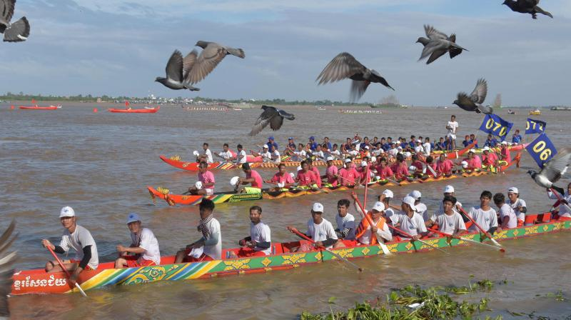 Tens of thousands of Cambodian spectators flocked to the riverfront in the capital Phnom Penh on November 2 to watch the boat races as the country celebrates the annual water festival. (Photo: AFP)