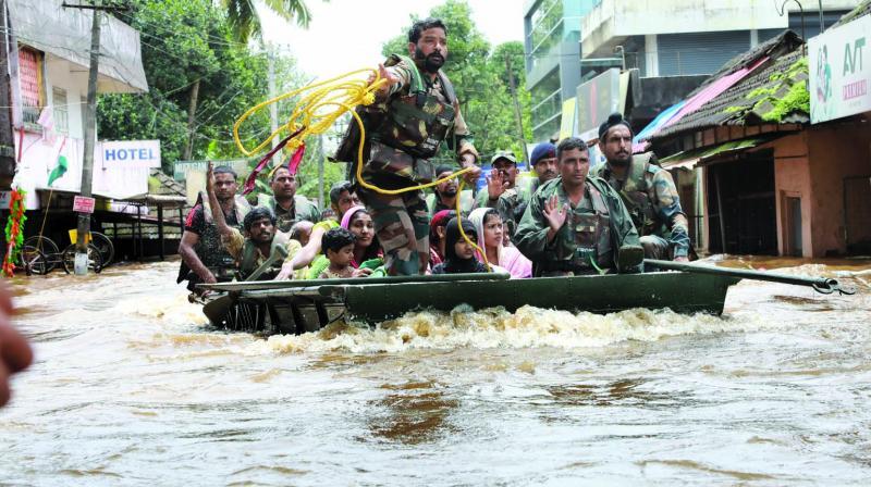 Army personnel evacuate local residents in Aluva, Kochi. (Photo: Arun Chandrabose)