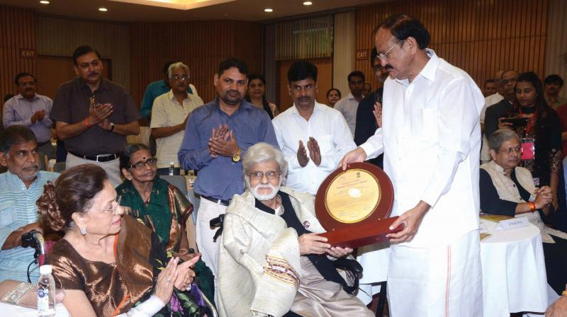 Satish Gujral being presented an award by Vice President of India M. Venkaiah Naidu.