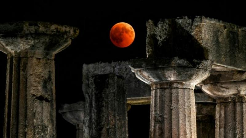 Observers in the Greek city of Corinth enjoyed prime views of the 'blood moon' over the temple of Apollo. (Photo: AFP)