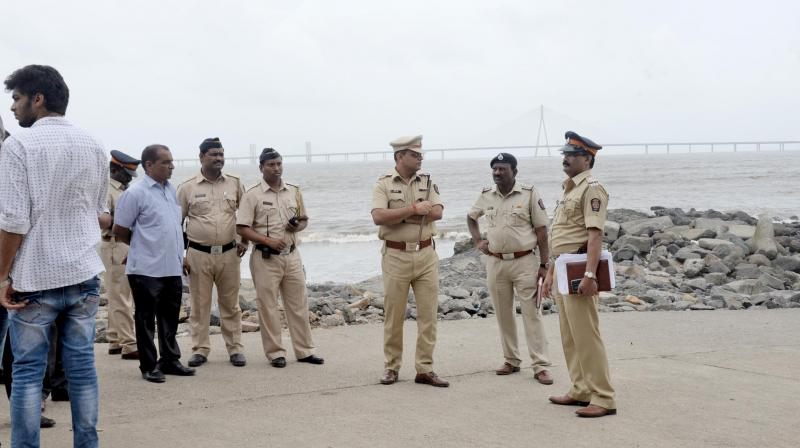 Police personnel at the rescue site in Dadar Chowpatty. (Photo: Asian Age)