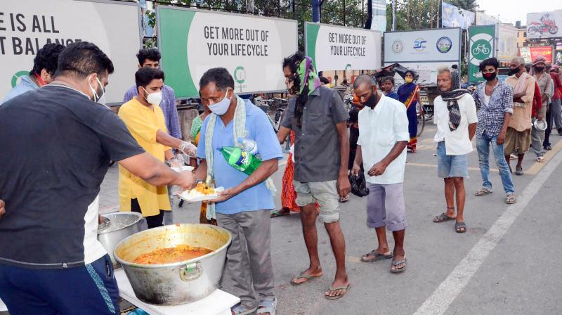 Members of National Students Union of India (NSUI) Jharkhand Wing distribute food among needy in Ranchi. (Photo: PTI)