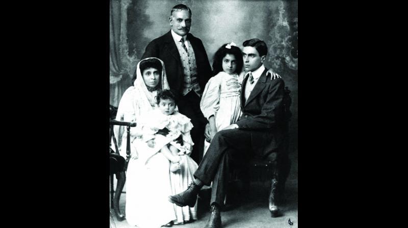(From left)  Krishna Kumari, Swarup Rani, Motilal Nehru, Vijaya Lakshmi Pandit and Jawaharlal Nehru.