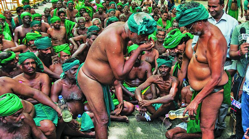 Farmers from Tamil Nadu drink urine during their protest demanding drought relief funds and waiver of farmers' loans at Jantar Mantar in New Delhi. (Photo: PTI)