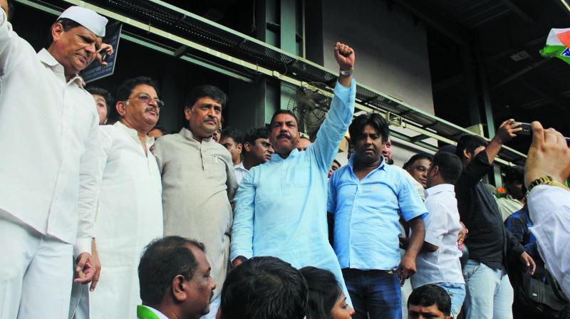 Mr Chavan and others at Andheri railway station.(Photo: Mrugesh Bandiwadekar)