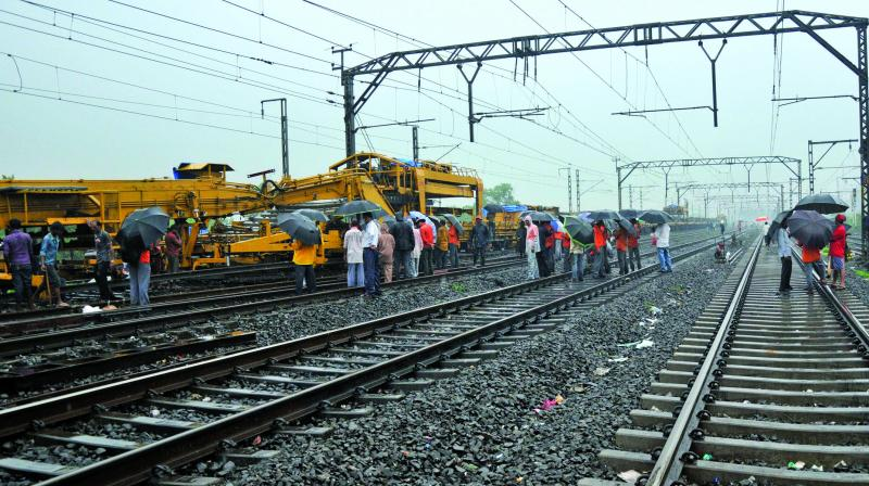 Railway staff carried out the girders' work at Thakurli. (Photo: Debasish Dey)