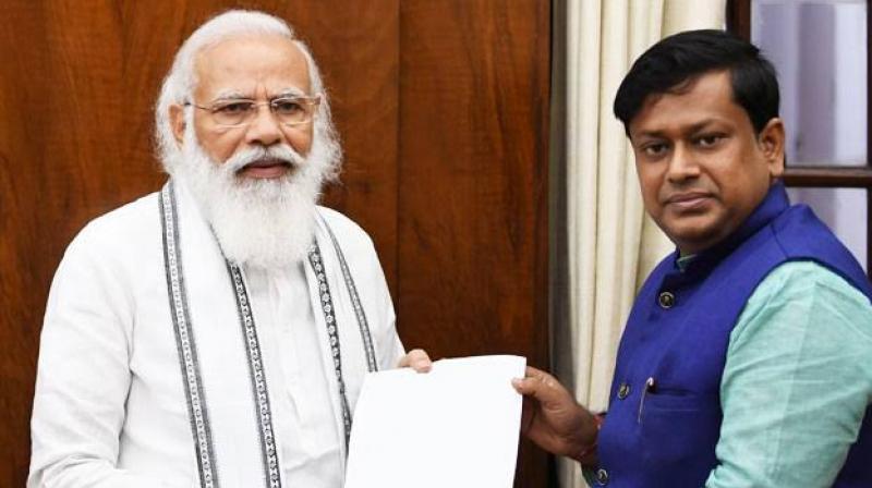 Sukanta Majumdar with Prime Minister Narendra Modi. (Photo: Twitter/@DrSukantaMajum1)