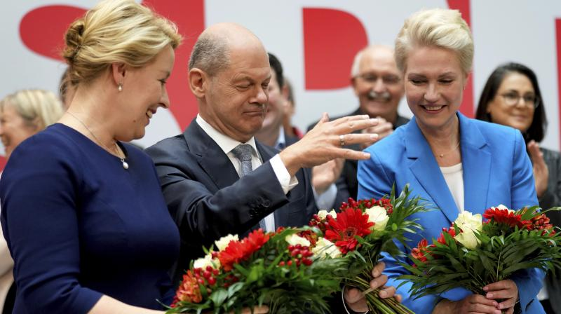 Front from left, Franziska Giffey, top candidate of the SPD for Mayor of the German city of Berlin, Olaf Scholz, top candidate for chancellor of the Social Democratic Party (SPD), and Manuela Schwesig, member of the SPD and governor of the German state of Mecklenburg-Western Pomerania, pose with flowers at the party's headquarter in Berlin, Germany. (Photo: AP)