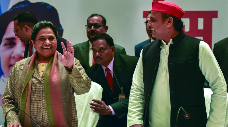 BSP supremo Mayawati and Samajwadi Party chief Akhilesh Yadav during a joint press conference in Lucknow. (Photo: PTI)
