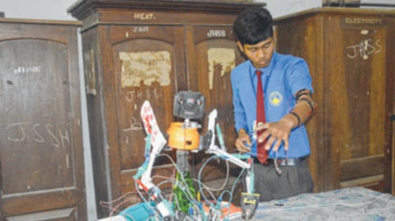 The student stated that he has not taken part in any science exhibition and began to create a robot at home after seeing one on TV. (Photo: ANI)
