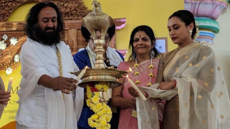 Sri Sri Ravi Shankar and Rani Mukerji at an event.