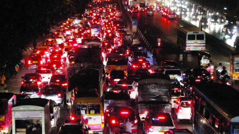 Traffic along the Western E-way at Vile Parle. (Photo: Mrugesh Bandiwadekar)