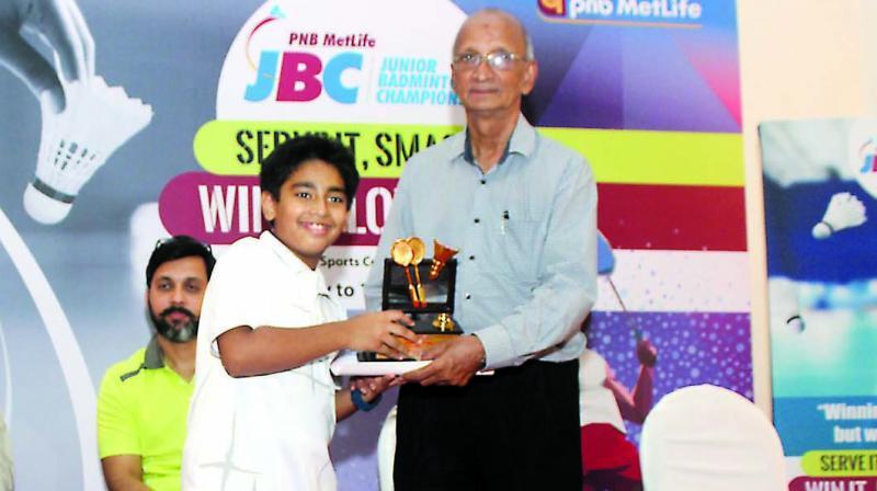 Sundar Shetty handing over awards at a city junior championship.