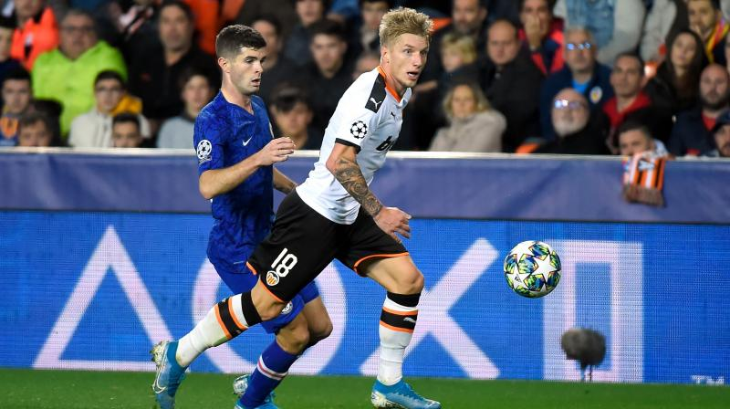 A freak goal from Valencia's Daniel Wass earned the Spanish side a 2-2 draw in an epic encounter against England's Chelsea on Wednesday that left both sides waiting to book their place in the Champions League's knockout stage. (Photo:AFP)