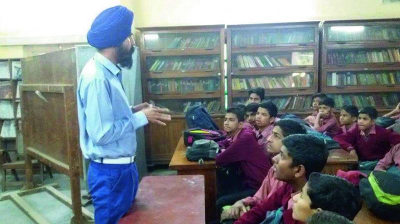 Praneet Singh Mehta conducting a workshop for school children.
