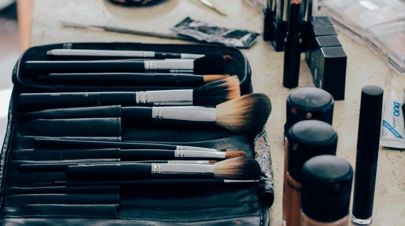 Set your face make up at various stages with the powder at every stage of the makeup. (Photo: Representational/Pixabay)