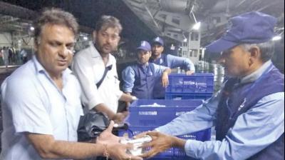 WR serve food to stranded travellers