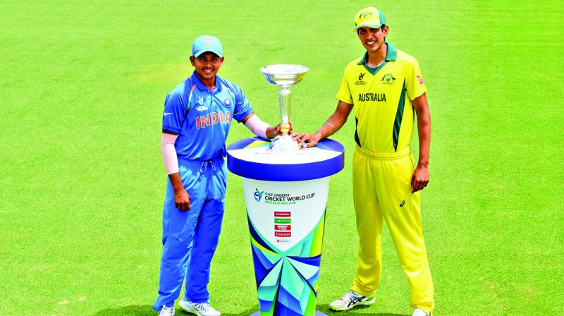 Prithvi Shaw of India (left) and Jason Sangha of Australia with the ICC U-19 World Cup trophy. (Photo: ICC)