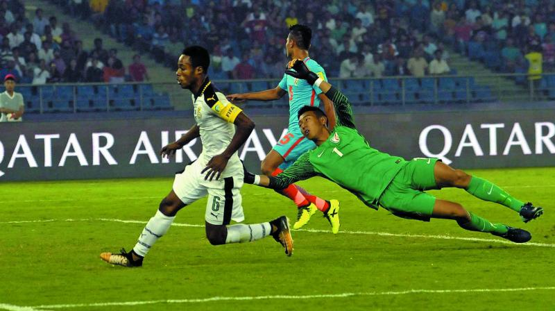 Ghana's Eric Ayiah (left) in action in their Under-17 World Cup Group A match against India in New Delhi. (Photo: Pritam BandYopadhyay)