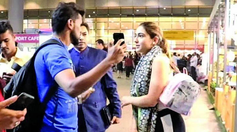 Sara was on her way out of the airport along with airline staff, when a lot of passengers came and asked to click selfies.