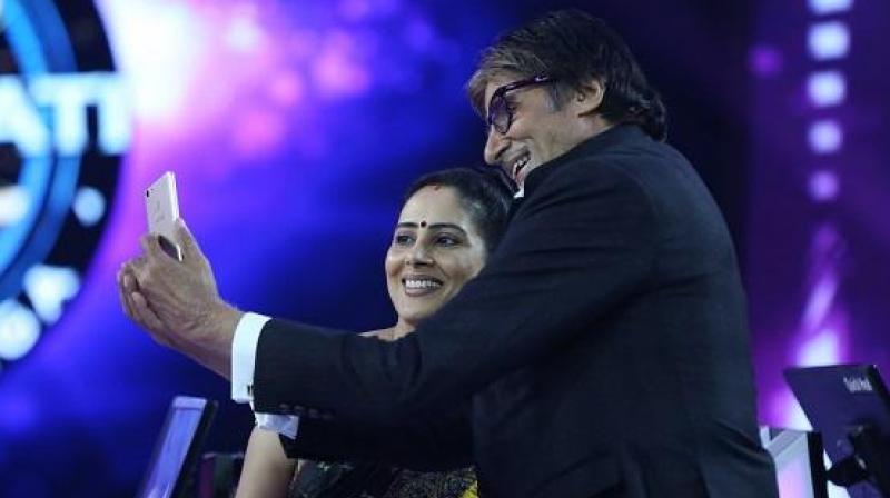 Anamika Majumdar and Amitabh Bachchan pose for a selfie after the feat.
