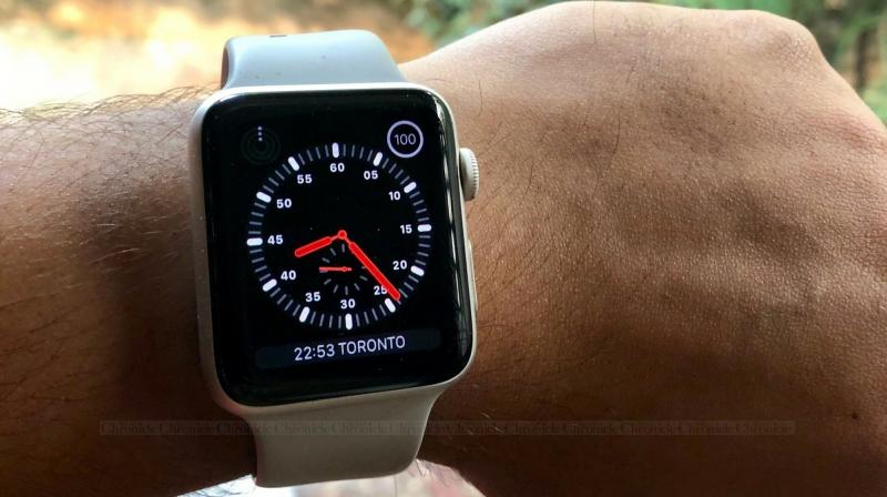 The LTE and non-LTE 3rd Generation Apple Watch GPS look identical, and the only difference is a red dot marked on the crown.
