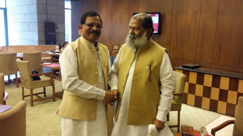 Haryana Cabinet Minister Anil Vij (right). (Photo: Twitter/Anil Vij)